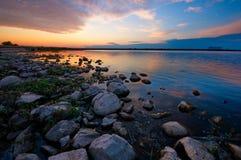 Zmierzch jeziorem zdjęcie royalty free