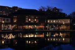 Zmierzch, jezioro, bar, restauracja w Lincoln parku, Chicago obrazy royalty free