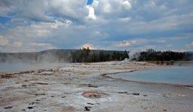 Zmierzch jezioro pod ciemnymi cumulus chmurami w Czarnym piaska basenie w Yellowstone parku narodowym w Wyoming zdjęcie royalty free