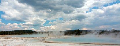 Zmierzch jezioro pod cumulus chmurami w Czarnym piaska basenie w Yellowstone parku narodowym w Wyoming usa Zdjęcia Royalty Free