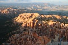 Zmierzch kształtuje teren Czerwonawego czarodziejskiego kominu Bryka jar zdjęcia stock