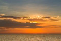 Zmierzch linia horyzontu nad seacoast Zdjęcie Royalty Free