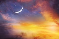 Zmierzch lub wschód słońca z chmurami, lekkimi promieniami i innym atmosferycznym skutkiem, Obraz Stock