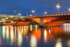 Zmierzch, most krzyżuje rzekę w Tokio mieście Obraz Royalty Free