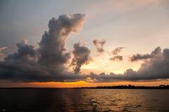 Zmierzch na amazonki rzece z chmurami Fotografia Royalty Free