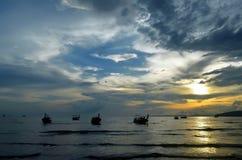 Zmierzch na Ao Nang zatoce z długiego ogonu łodziami wzdłuż plaży, Tajlandia Zdjęcia Stock