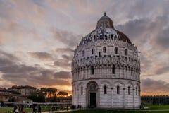 Zmierzch na Baptistery, piazza dei Miracoli, Pisa, Tuscany, Włochy Zdjęcie Royalty Free