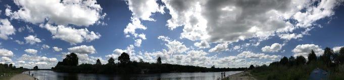 Zmierzch na brzeg rzeki Tam są wiele chmury w niebie Podróż i odtwarzanie w naturze Fotografia Stock