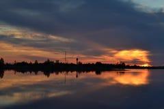 Zmierzch na chmurnym niebie nad jeziorem obraz royalty free