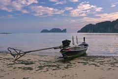 Zmierzch na Długiej plaży z łodzią Zdjęcie Royalty Free