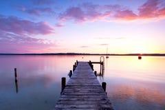 Zmierzch na długim jetty przy jeziorem obraz stock