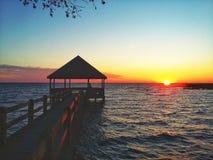 Zmierzch na dźwięku przy Currituck plaży światłem obrazy stock