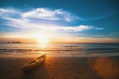 Zmierzch na dennej plaży fotografia stock