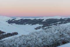 Zmierzch na górach w zimie z śniegiem, Sibillini góry Fotografia Royalty Free