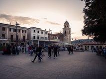 Zmierzch na głównym placu centrum Sirolo, perła obraz stock