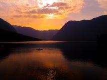 Zmierzch na halnym jeziorze Obrazy Royalty Free