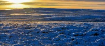 Zmierzch na halnym krajobrazie zakrywającym śniegiem fotografia stock