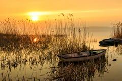 Zmierzch na jeziornym Balaton z łodzią Zdjęcia Royalty Free