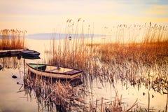 Zmierzch na jeziornym Balaton z łodzią Obraz Stock