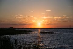 Zmierzch na jeziorze na lato wieczór zdjęcie royalty free