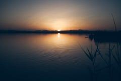 Zmierzch na jeziorze Opóźnionego wieczór krajobraz Zdjęcie Stock