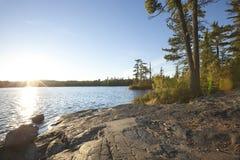 Zmierzch na jeziorze z skalistym brzeg w północnym Minnestoa Obraz Royalty Free