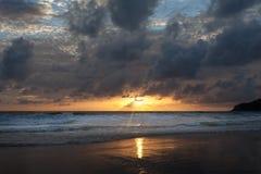 Zmierzch na Karon plaży Zdjęcie Royalty Free