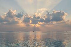 Zmierzch na Maldives wyspie, luksus wodne wille ucieka się obraz royalty free