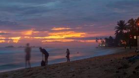 Zmierzch na ocean plaży z drzewkami palmowymi, Hikkaduwa, Sri lanki timelapse zbiory
