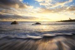 Zmierzch na plaż skałach i fala Fotografia Royalty Free