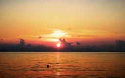 Zmierzch na plaży z pięknym niebem obraz stock