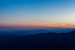 Zmierzch na pre wysokogórskiej góry sylwetce Zdjęcia Royalty Free