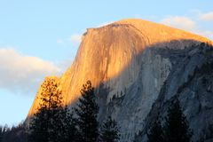 Zmierzch na Przyrodniej kopule, Yosemite, widok od curry wioski parking Obrazy Royalty Free