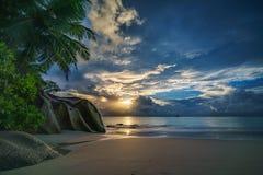 Zmierzch na raj plaży przy anse georgette, praslin, Seychelles obraz stock