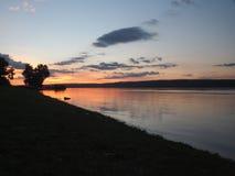 Zmierzch na rzece Rosja Volga Na rzece unosi się sh Obraz Royalty Free