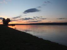 Zmierzch na rzece Rosja Volga Na rzece unosi się sh Obrazy Royalty Free