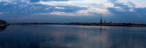 Zmierzch na rzece Widok Vasilievsky wyspa Wiosna Petersburg Rosja Fotografia Royalty Free