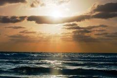 Zmierzch na seashore z chmurami Zdjęcie Royalty Free