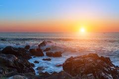 Zmierzch na skalistej Atlantyk wybrzeża naturze Fotografia Stock