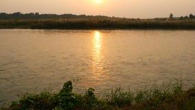 Zmierzch na spokojnej rzece w lecie Słońce odbija na spokój wodzie z zielonym brzeg Chitwan safari Krajowy park w Nepal zbiory