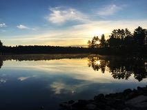 Zmierzch na spokojnym spokojnym jeziorze Obraz Royalty Free