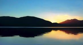 Zmierzch na Te Anau jeziorze w Nowa Zelandia Obrazy Stock