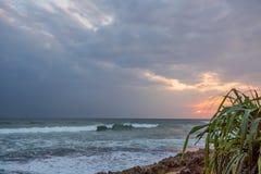 Zmierzch na tropikalnej linii brzegowej Obrazy Royalty Free