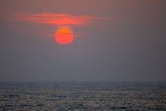 Zmierzch na tropikalnej linii brzegowej Zdjęcie Royalty Free