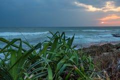 Zmierzch na tropikalnej linii brzegowej Obrazy Stock