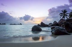 Zmierzch na tropikalnej plaży natury tło - Seychelles - Zdjęcia Stock