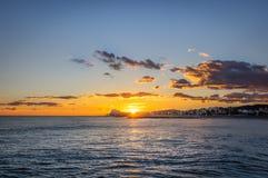 Zmierzch na wakacje w śródziemnomorskim Złota godzina morzem sitges Spain zdjęcia stock
