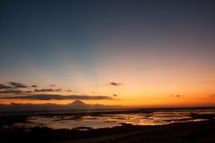 Zmierzch na wulkanie Batur od Lombok miejsca z gwiazdami w niebie Zdjęcie Stock