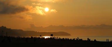 Zmierzch na zatłoczonej plaży Zdjęcia Royalty Free
