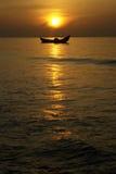 Zmierzch nad łodzią przy morzem Obraz Stock